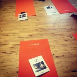 Åndedræt og diafragma🧘♂️ Hvordan er dit åndedræt? Dagen i går brugte jeg på en 8 timers workshop hos Move2Peak, med masser af teori📝, træning af åndedrætsteknikker, samt frigørelse af spændinger i og omkring mellemgulvet (diafragma). Jeg blev endnu en gang bekræftiget i, hvor vigtigt det er at have et balanceret og dybt åndedræt. Det forebygger og afhjælper stress, det afhjælper fordøjelsesproblemer, det forbedrer præstationer såvel fysisk som psykisk og derudover så øger det den generelle sundhed og velvære. Det er ikke så lidt endda🙂 Derfor er det rigtig uheldigt, at det tit og ofte er en overset faktor i behandlinger. Mange smerter og spændinger i nakke, skuldre og ryg stammer fra mange års forkert brug af den primære- og sekundære åndedrætsmuskulatur. Hvorfor vi bruger åndedrætsmuskulaturen forkert, kan der være mange årsager til. Men hvis du vil sikre dig at åndedrættet ikke bliver en overset faktor, så book en tid hos @kropsfundamentet #åndedræt #kropsterapi #massage #personligudvikling #stressfri #træning #arbejdsliv